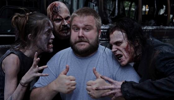Robert Kirkman con Zombies 00